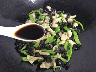 青椒黑木耳炒面筋,一起炒匀后加入适量盐和1勺生抽调味。