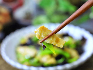 青椒黑木耳炒面筋,劲道滑爽,鲜美营养。