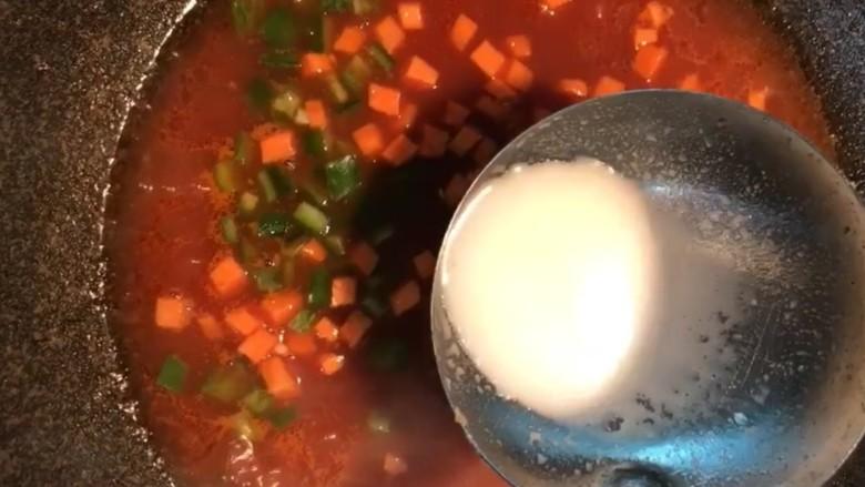 糖醋鲫鱼尾,胡萝卜,青椒丁,煮开水淀粉勾一个芡汁