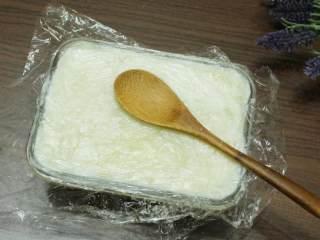 萝卜糕,容器内层抹上薄油, 填入 (表面铺上一层保鲜膜, 用汤匙压平整)