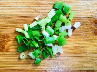 鲫鱼汤,葱洗净切成葱花