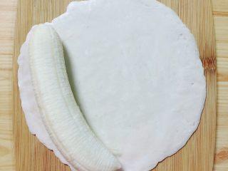 香蕉飞饼卷,将整个香蕉包在飞饼皮中,从一面慢慢卷起。