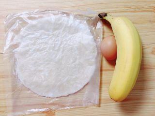 香蕉飞饼卷,准备好食材。原味飞饼、香蕉、鸡蛋。
