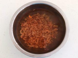 三鲜蒸饺,加入温水浸泡15分钟