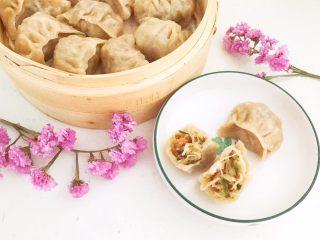 三鲜蒸饺,虾仁萝卜大葱馅小笼蒸饺可以吃了,皮薄馅大,馅料鲜香,饺子皮口感劲道,这道三鲜馅饺子非常独特~