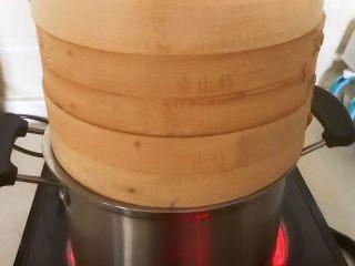 三鲜蒸饺,把蒸笼放入蒸锅,大火烧开后蒸15分钟