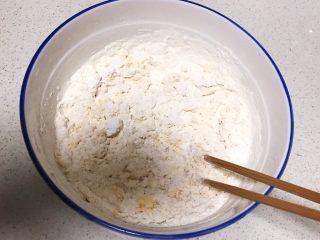 三鲜蒸饺,面粉放入碗里,加入开水边倒边搅拌
