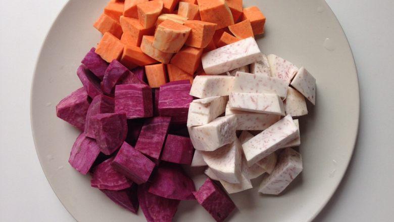 芋圆仙草冻,<a style='color:red;display:inline-block;' href='/shicai/ 2643'>紫薯</a>、甜心地瓜、<a style='color:red;display:inline-block;' href='/shicai/ 32'>芋头</a>洗净去皮,切块称重,食材与木薯粉的比例为5:2, 如250g<a style='color:red;display:inline-block;' href='/shicai/ 2643'>紫薯</a>做圆子要配100g木薯粉,所以事先要称量好重量。<a style='color:red;display:inline-block;' href='/shicai/ 2643'>紫薯</a>等食材切成小块,放进蒸锅里蒸熟, 10分钟左右可出锅。