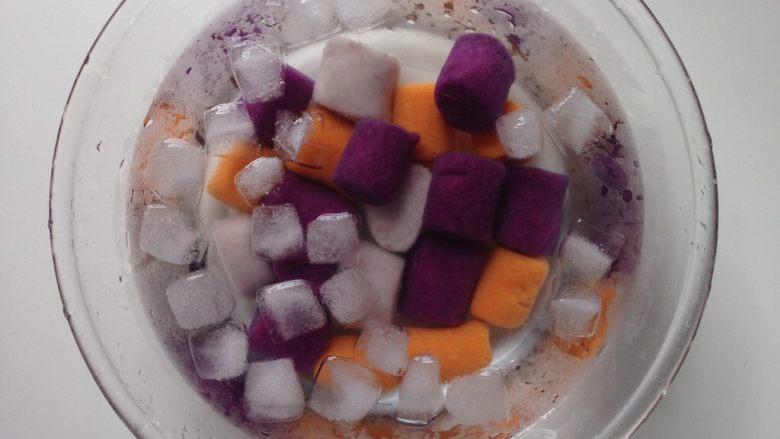 芋圆仙草冻,圆子做好后可开煮了。放入沸水中,煮约10分钟,至所有圆子都浮上表面即可关火,放于冰水当中,口感更Q弹。