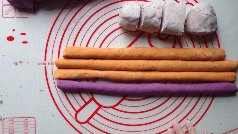 芋圆仙草冻,面团在空气中放置一段时间会变硬,需要用布盖住。如果做多种口味的圆子,为避免揉好的面团在空气中变干,揉完一个口味的面团后,可先揉搓成条状,切成小块,以此重复做其他口味的圆子。