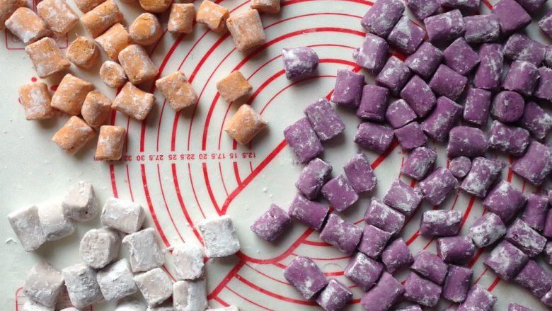 芋圆仙草冻,圆子做好后,表面裹上木薯粉,避免圆子粘在面板上或黏在一起。