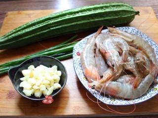 蒜蓉丝瓜蒸海虾,备好食材,将蒜瓣拍扁,顺利剥掉外壳,然后剁成蒜蓉,用碗盛起待用;