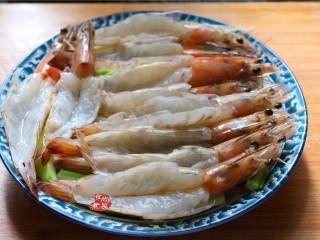 蒜蓉丝瓜蒸海虾,再将海虾铺在丝瓜上面,虾背朝上,能顺利吸收蒜蓉香气以及调好的酱汁;