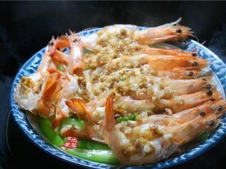 蒜蓉丝瓜蒸海虾,蒸锅中烧开清水,水开后把海虾放进蒸锅中,上汽后大火蒸6分钟取出;