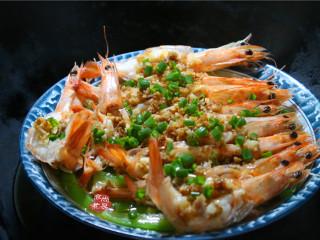 蒜蓉丝瓜蒸海虾,撒点葱花即可出锅。