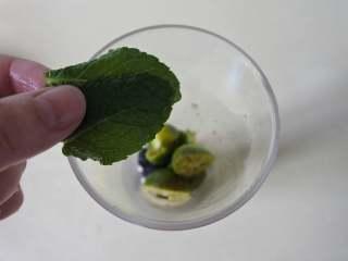 缤纷水果茶,薄荷叶用手揉搓一下,出香气后放入杯里