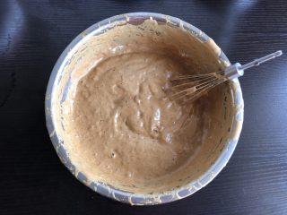红枣糕(全蛋打发),剩余的五分之四蛋液筛入低筋面粉迅速翻拌均匀