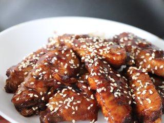 超级下饭菜,可乐鸡翅,盛盘,撒上熟的白芝麻,一道美味的可乐鸡翅就完成了。