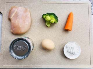 藜麦胡萝卜鸡肉肠,先将撒盐泡水,冲洗干净。胡萝卜去皮备用。鸡胸肉冲洗干净,去掉油膘肥的地方。我用到的藜麦君的西藏藜麦,所以不用清洗不用泡,可以直接用。将玉米淀粉称好。