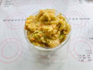 藜麦胡萝卜鸡肉肠,全部混合好以后装入挤花袋。