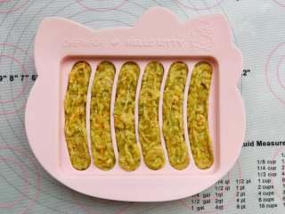藜麦胡萝卜鸡肉肠,如果挤到模具外,要稍微抹平一下会更好哦!