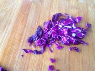 鱿鱼包饭,紫甘蓝切成小粒