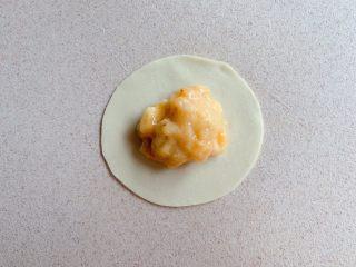 香蕉飞饼卷,将香蕉泥放至饺子皮中间