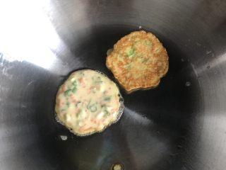 营养早餐饼,锅内放少许油,热锅,放入搅拌好的面糊,小火煎