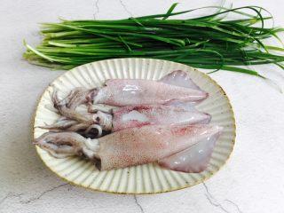 韭菜炒鱿鱼,准备好鱿鱼和韭菜