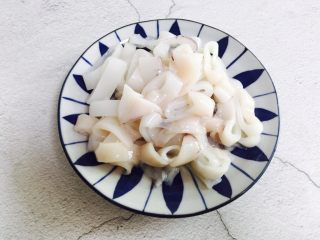 韭菜炒鱿鱼,装盘备用