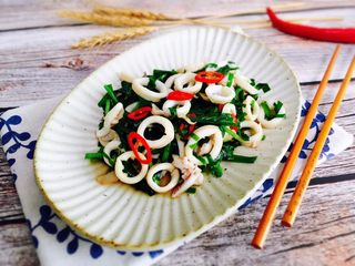 韭菜炒鱿鱼,盛入漂亮的器皿