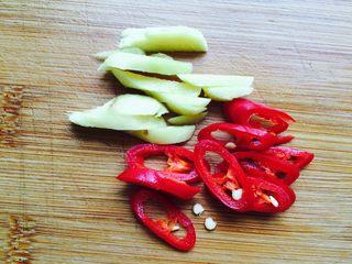 韭菜炒鱿鱼,生姜洗净切丝,辣椒切圈
