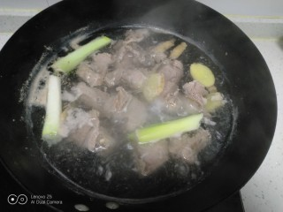 西红柿炖牛肉,牛肉洗净切块放入凉水中,加入大葱和姜片焯水。