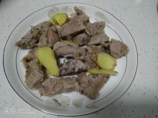 西红柿炖牛肉,捞出姜片和牛肉。