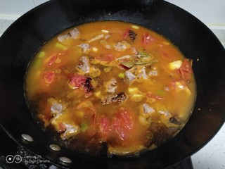西红柿炖牛肉,加入生抽、老抽。