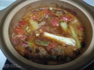 西红柿炖牛肉,大火煮开倒入砂锅中。