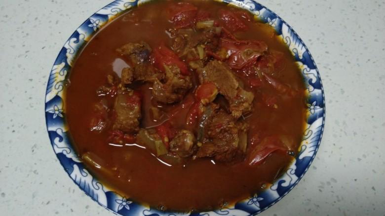西红柿炖牛肉,盛入汤碗中。