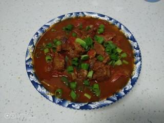 西红柿炖牛肉,撒上小葱点缀。