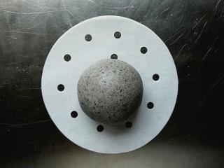 黑芝麻馒头,排气结束后,将面团滚成圆形