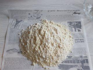 杏仁蛋糕,杏仁粉和低筋面粉,糖粉混合。