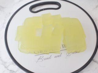 黄瓜凉糕,再切成块状