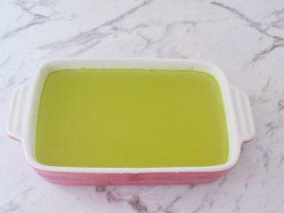 黄瓜凉糕,倒入容器中晾凉成型