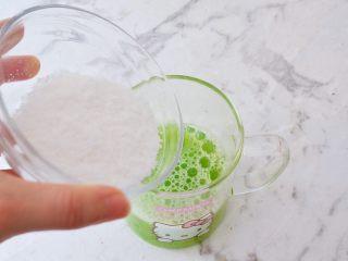 黄瓜凉糕,取黄瓜汁200克加入白凉粉