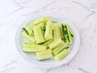 黄瓜凉糕,黄瓜洗净切成条状