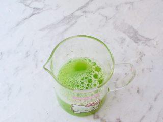 黄瓜凉糕,再放入原汁机中榨出汁,如果没有原汁机,可用果汁机榨汁机过滤出果蔬汁