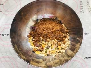 红糖燕麦饼干,混合材料。拿一个空的大碗,先把水果燕麦片放到碗里,然后加入红糖和盐,混合一下。如果有结块的红糖颗粒需要揉散。