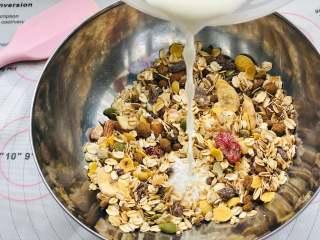 红糖燕麦饼干,倒入液体材料。将牛奶倒入碗中,搅拌混合均匀。让燕麦片和红糖吸收到牛奶的水分,形成糊状。可以看到水果燕麦里的料很足哦,很多果干呢!
