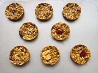 红糖燕麦饼干,注意摆放的时候稍微隔开一些。烤箱提前预热,上下火150度。