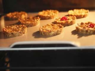 红糖燕麦饼干,做好以后送入烤箱烘烤。