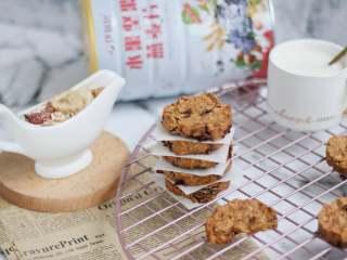 红糖燕麦饼干,烤好以后从烤箱取出来,需要转移到晾网上放凉,密封室温保存。燕麦饼干搭配一杯茶,咖啡或者牛奶都是非常惬意的搭配哦!